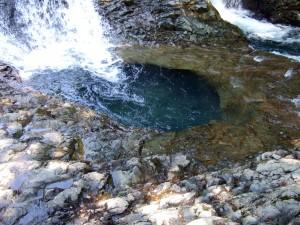 これが甌穴と呼ばれる場所です。