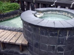 夫がここに手を触れた瞬間「熱いっ!」と。くれぐれも熱い温泉の源泉に注意しましょう。