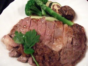 飲んで食べてそろそろお腹が一杯になったころ・・・?!何と今回は!牛のサーロインステーキが!お手ごろな宿泊料では考えられません。しかも、お肉がとても最高にやわらかかったです!