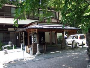 同じ旧軽銀座通りの奥につるや旅館がありますが、とても古い歴史を感じます。