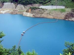 ダム全体はコバルトブルーで感激です!