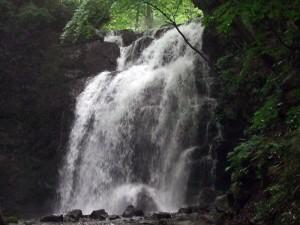夫はさらに奥まで行き、滝の前をデジカメで撮影してくれました。