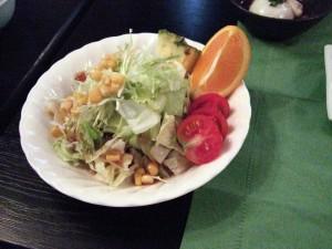 嬬恋キャベツサラダは、トマトやフルーツなどで色とりどりです。