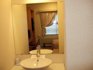らんぶるさんのお部屋は古く決して広くありませんが、とても清潔感があります。洗面台は結構オシャレです。