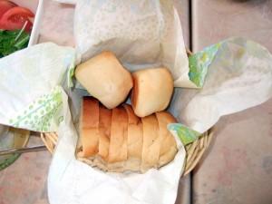 朝は、焼きたてしっとりやわらかパンです。(半分はオーナーのご主人が焼いたものと半分はお店から仕入れたものです。)