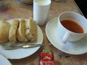 パンは温かいまま用意して下さり、しっとりでやわかい食感です。ミネストローネも温かいまま持って来て下さいました。飲み物は牛乳かジュースを選択することが出来ます。