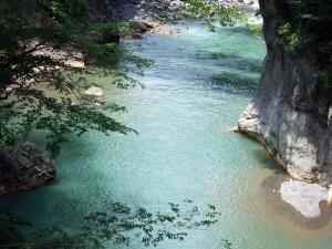 この渓流はキレイなエメラルドグリーンです。