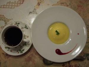 さて、いよいよ閉めはデザートです♪パンナコッタのマンゴーソース掛け、赤いのはラズベリーソースです。