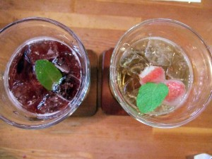 これはビネガードリンクで、旅疲れにはおすすめします。左はブルーベリーで右はイチゴです。