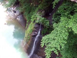 この橋から、さらに二つの白糸の滝が見えました。とても良い感じです!