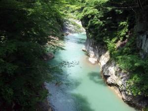 遊歩道の瀧見橋を見つけて渡ると・・・そこは素晴らしい絶景でした!でも、下を見ればかなり崖っぷちなので高所恐怖症の方はかなりキツイかもしれまん。