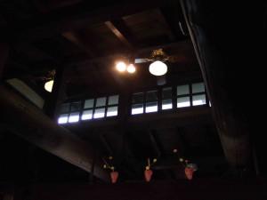 天井に注目です。この建物は日進館の旧風呂場を改造して作られたそうです。