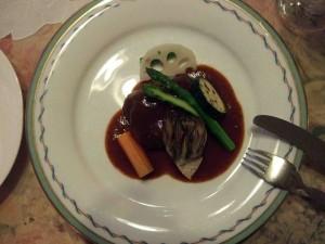 一見煮込みハンバーグのようですが、豚肉の赤ワイン煮です。箸でも切れるほどやわらかくて美味しかったです。
