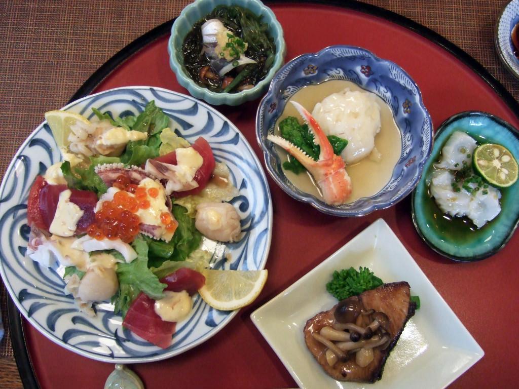 今回の懐石は写真の通りです。時計回りに海鮮サラダ、しめ鯵入りの酢の物(メカブ・もずく・なめこ)、ホタテのすり身と蟹のあんかけ風煮物、生ダコの刺身、そして寒ぶりのキノコ入りバターソテーでした。