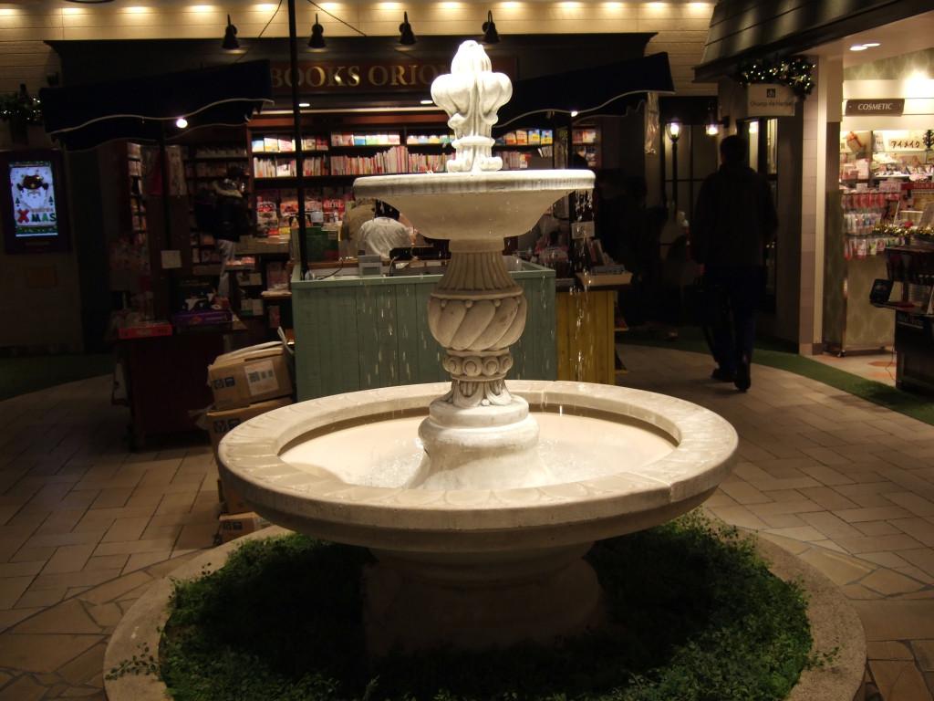 施設の真ん中には噴水。ここで人との約束の時に待ち合わせも良さそうですね。