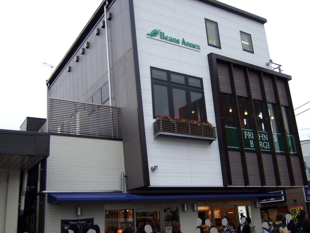 最近ニューオープンした新秋津駅の飲食店施設です。国立の美容院へ行く前に、ちょこっとデジカメで建物を撮りました。