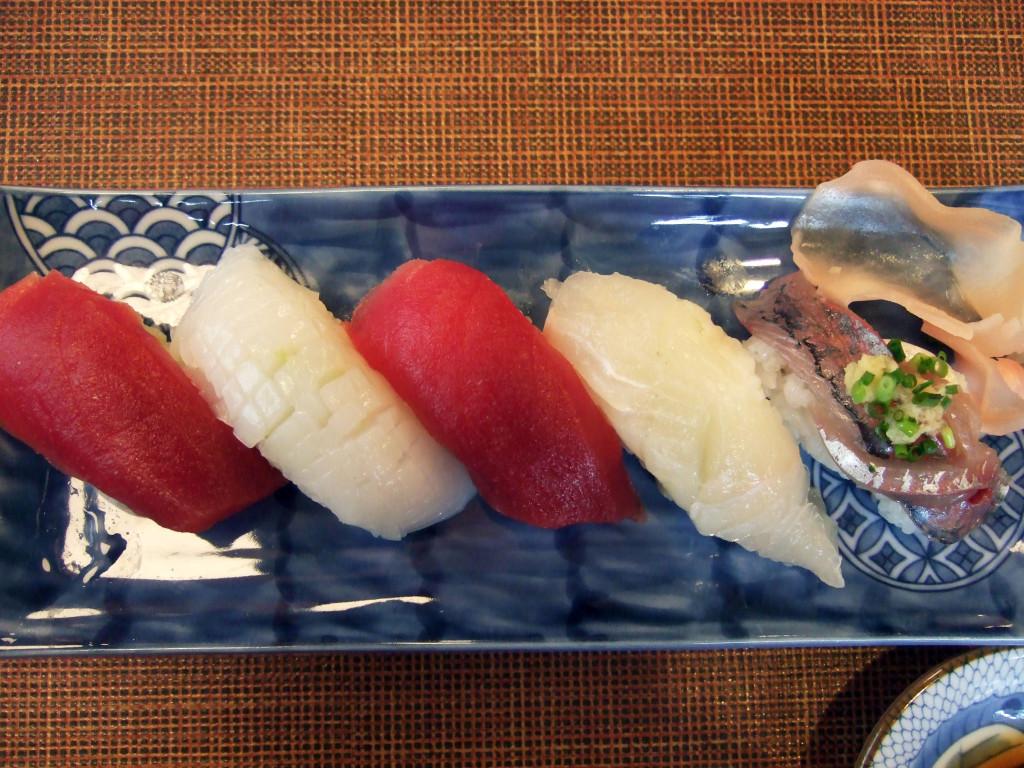 懐石ランチの握り寿司全体はさっぱりした味わいでした。右から赤身まぐろ、イカ、赤身まぐろ、ヒラメ、鯵です。