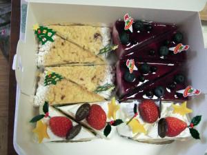 今日25日は、我が家でもクリスマスを祝う日です。お昼は清瀬のボンボンガトーで買ったクリスマスショートケーキ(イチゴショートケーキ・カシスケーキ・マロンケーキ)で、夜は各クリスマス料理を用意した後はシャンパンで乾杯です!