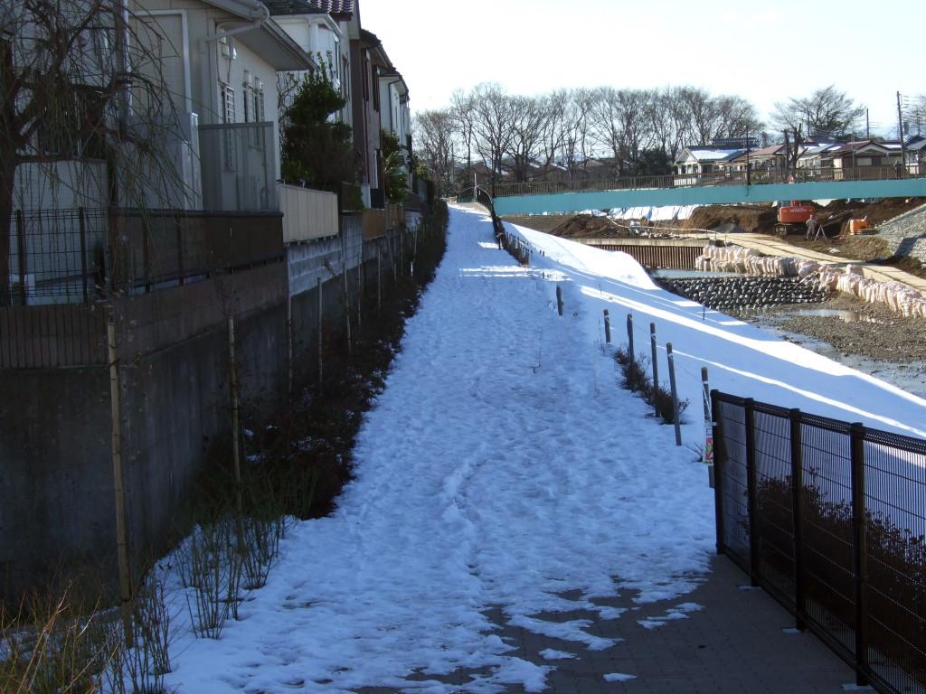 空堀川沿いの遊歩道ですが、ここら辺は雪が残ってとても滑りやすい状態です。
