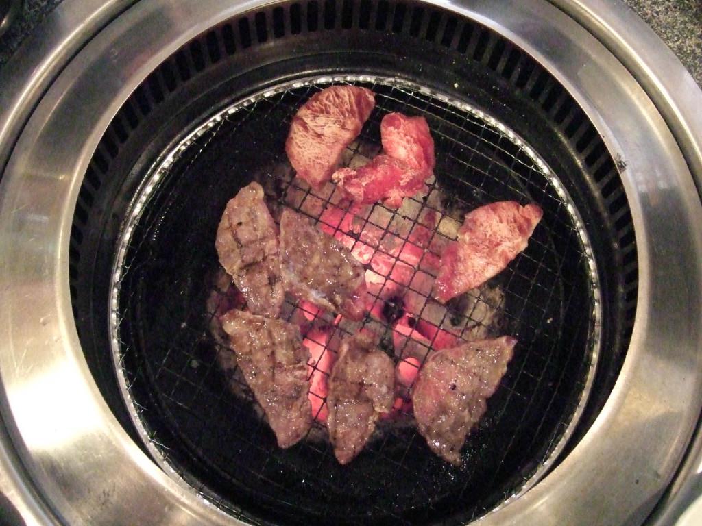 各注文したお肉を焼いて食べてみました。食感は柔らかくて脂身があるのですが、まあまあ美味しいと思います。