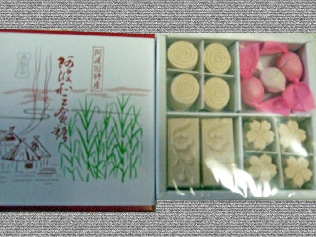 こちらは義母に対してのお返しの品として、何と姉妹ご自身の故郷の徳島名物の和三盆です。右上には紙包んでいるものは「おちょぼ」というそうです。