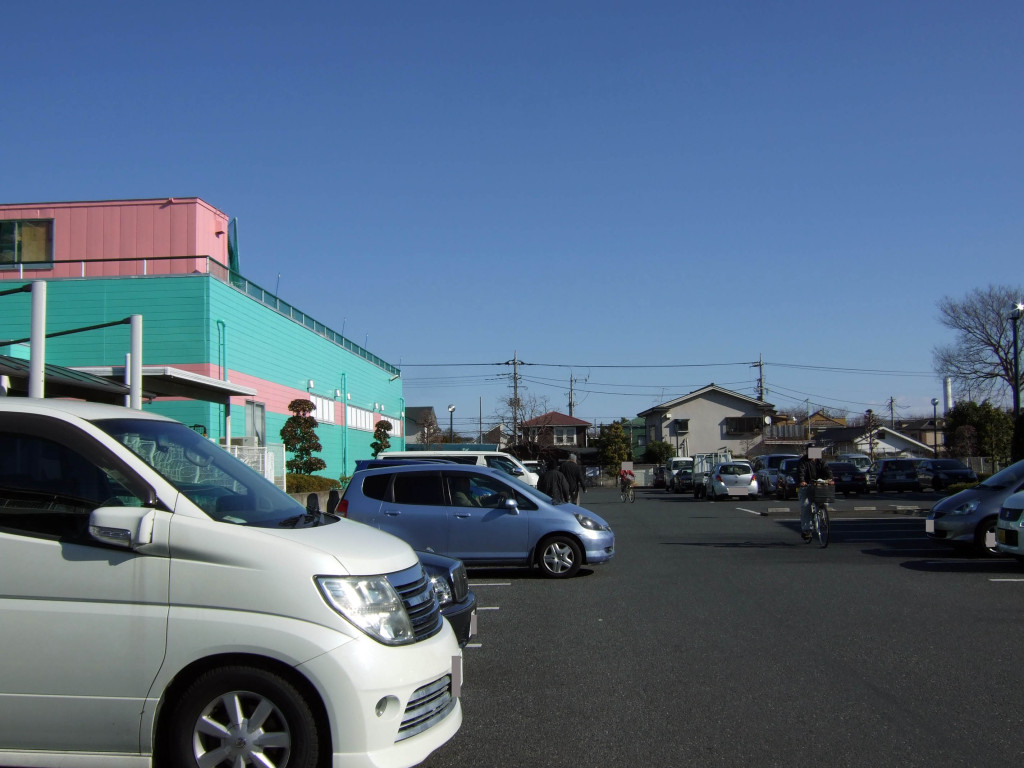 いーすとびれっじの駐車場ですが、平日の午前11時すぎの地点で車が沢山駐車しています。たぶん、多くの人々はお買い物だと思いますが、週末になると満車になるかもしれませんね。