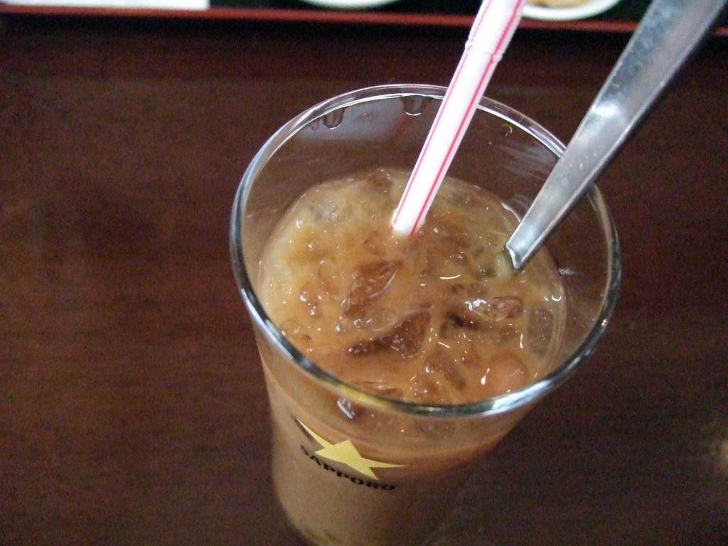 ドリンクは一番人気であるタピオカ入りのアイスコーヒーを選びました。ちょうど全身が汗ばむ程の暑い日だったのおいしかったです!コーヒーは多分ですが、コンデンスミルクの甘さです。タピオカも下に沢山沈んでいました。以上、ごちそうさまでした!