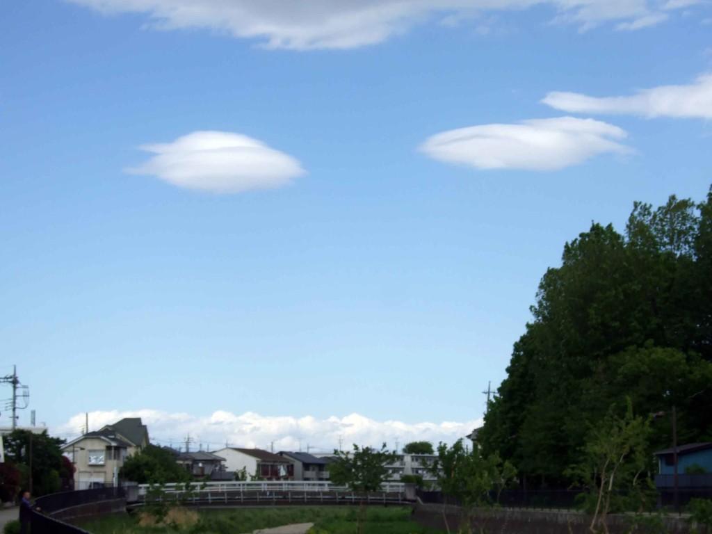 さきほど曙橋を越えた途中で引き返すことになった時、面白い形の雲を撮りました。(まるでUFOのようだけど、夫はハンバーガーみたいな雲とか・・・くだらない。)