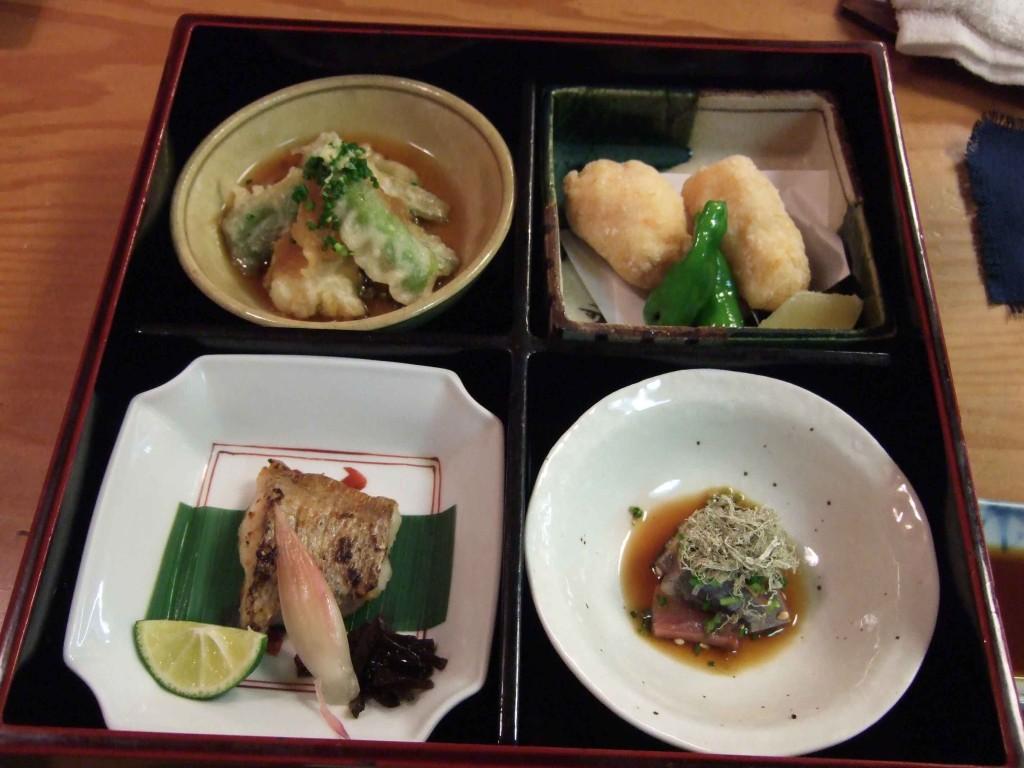 ようやくメインです。右上は花ぶさ名物の海老しんじょう揚げ、右下は秋刀魚の刺身、隣の焼魚はノドグロ、その上が白身魚の天ぷらです。