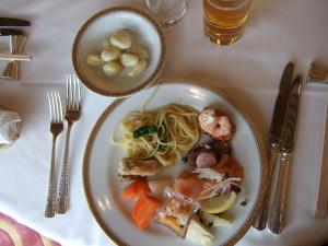 汚くてすみません。まず、最初にバイキングで取ったものは時計回りに鳥取県大山のローストチキン、春野菜のパスタ、フランスパンのオードブル、サーモン、前菜、人参。そして左上の小皿にはクリームのニョッキ。