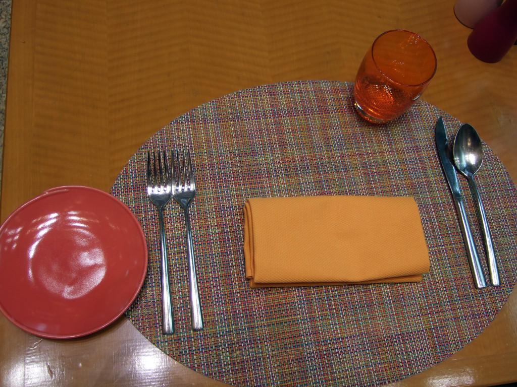 テーブルセットに注目!食欲増進させる色であるオレンジ系にセットされているところには感心してしまいました。