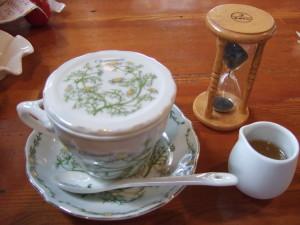カモミールのハーブティを注文したらカモミールの花が描かれた蓋付きとはちみつ、3分砂時計がついて本格的!