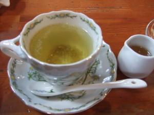茶葉を除いて、ここにはちみつをかけたものの、このはちみつの量が多く、本来のカモミールの味が消えてしました。。。