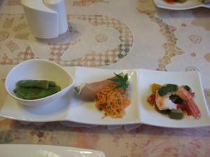 前菜は左側から幅広インゲンのみそ和え、アボガド&生ハム、エビのバジルソース