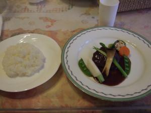 締めは、肉料理。一見ハンバーグのように見えますが、ポークを高級ワインで煮込んだものでした。なので、お肉がものすごくやわらかかったです。