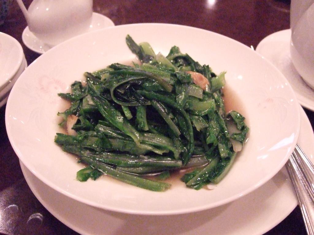 季節の青野菜炒めにニンニクが入って美味しい!
