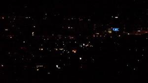 私たちの泊まる部屋から眺めた上田市内の夜景。