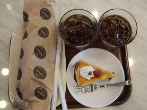 ランチ後、周辺を少し歩いた後はデリフランスでお茶をしました。旦那がミルククレープケーキ、私はディルクリームサーモンサンド、二人でアイスティを注文。