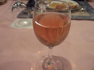 義父と私はロゼワインであとのお酒が飲めない二人はリンゴジュース