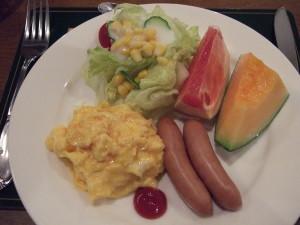 サラダにフルーツ、スクランブルエッグ、ソーセージの朝食バランスが最高。