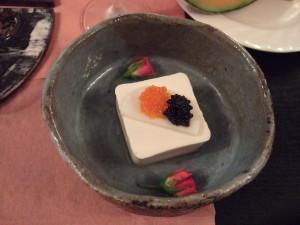 お豆腐の上にキャビアととびこ入り。