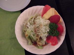 たっぷりフルーツ付きの野菜サラダ