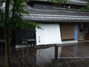 昨日の旧軽沢本店の川上庵に引き続き、ハルニレテラス内のせきれい橋店で再びランチへ。