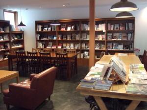 店内の横っちょには落ち着いた書籍カフェとなっています。