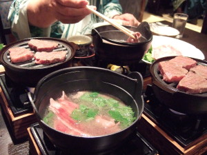 巨漢で食欲旺盛の義父は一生懸命しゃぶしゃぶや焼肉を大喜びに食べています。