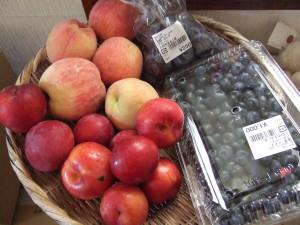 ニンニクとは直接関係ありませんが、おまけとして同じ上田市内のあさつゆで時計回りからプラム、桃、プルーン、ブルーベリーも買ってしまいました。都会で売っている果物とは全く鮮度が違うし、味と香りも違います。