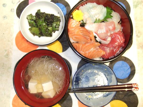 海鮮ちらし丼には本マグロ(長崎県対馬産)、アトランティックサーモン(ノルウェー産)、真鯛(愛媛産)、ひらめ(愛媛産)、ぶり(愛媛産)を使用。小鉢は長野県上田市産の幅広インゲンの黒ゴマ和え、お吸物はスーパーの各お刺身についていた大根のつまとお豆腐入り。