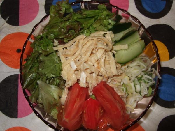 冷麦の上に、トマト、サニーレタス、キュウリ、ねぎ、中央に手作りの錦糸卵をのせました。既に、麺つゆもかけてあります。