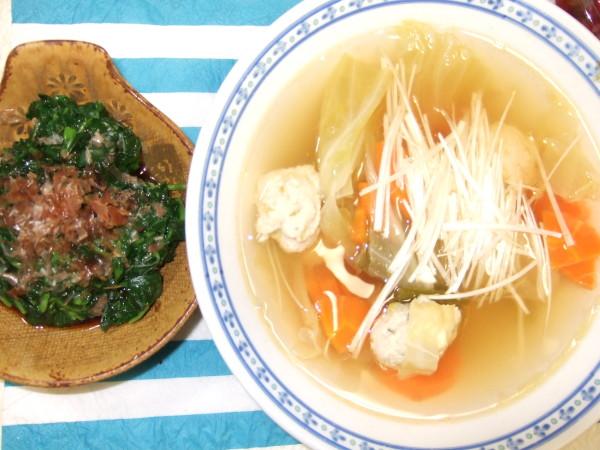 鶏団子スープとモロヘイヤのネバネバおひたしです。今日はヘルシーでいきました!