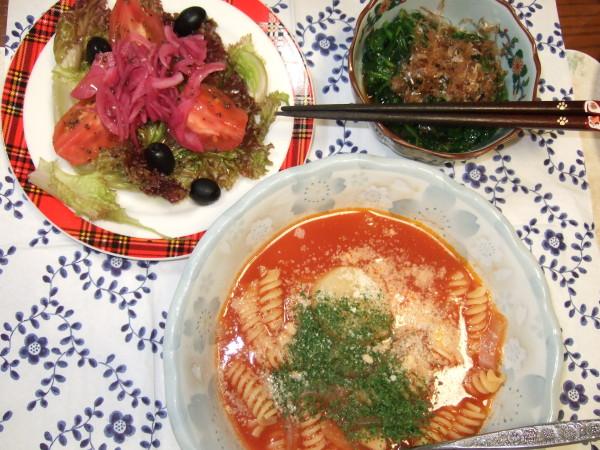 メインのトマトスープパスタに、サラダとモロヘイヤのおひたし付けて野菜中心に。